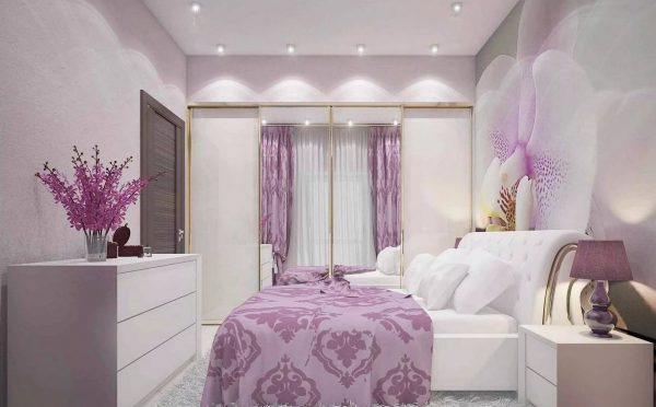 Un mur de fleurs qui peut être décoré avec des marguerites ordinaires ou des orchidées étrangères fascinantes