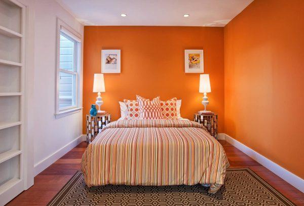 Les revêtements muraux orange pour la chambre à coucher - une excellente solution qui chargera une humeur positive pour toute l'année.