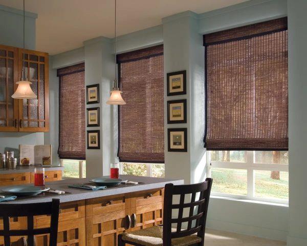 Rideaux romains sont adaptés pour une cuisine avec deux ou même trois fenêtres