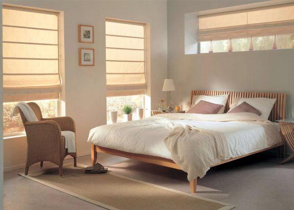 Les rideaux romains sont une bande de tissu tendue sur une construction de fenêtre spéciale. Ils ont l'air élégant et moderne.