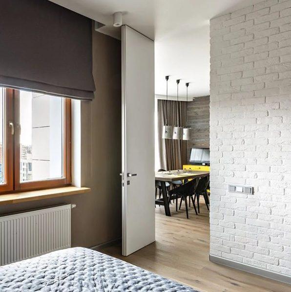 Rideaux romains à l'intérieur dans le style loft est une combinaison unique de laconisme et d'élégance.
