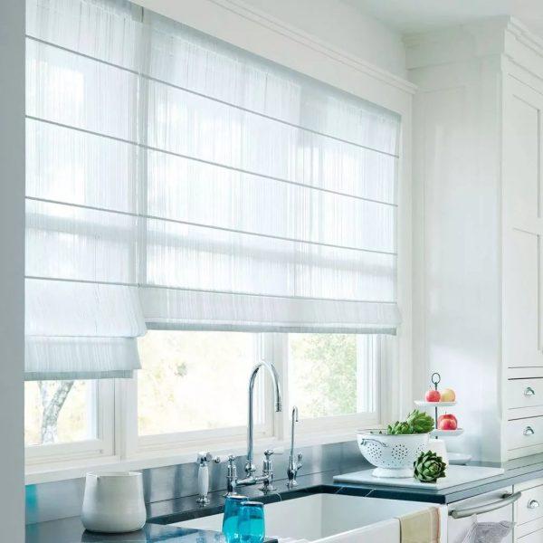S'il est nécessaire de fermer la fenêtre des regards indiscrets, il est conseillé d'utiliser des stores à enrouleur.