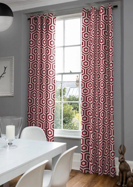 Les rideaux géométriques peuvent agrandir ou réduire visuellement votre pièce. Soyez prudent lorsque vous les choisissez.