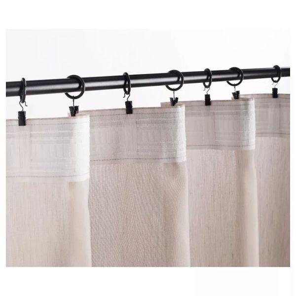 Des anneaux spéciaux sont déjà situés sur le rebord et rien ne doit être cousu sur les rideaux. L'option convient à de nombreux types et styles de rideaux.