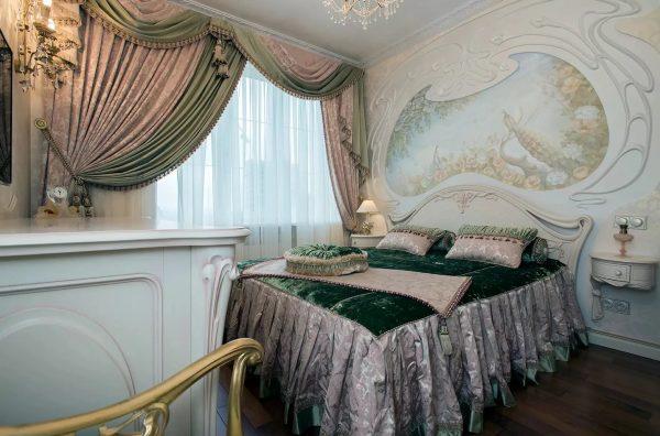 Pour le style Art Nouveau, les rideaux aux lignes et transitions douces sont idéaux. L'utilisation de plusieurs couches est recommandée.