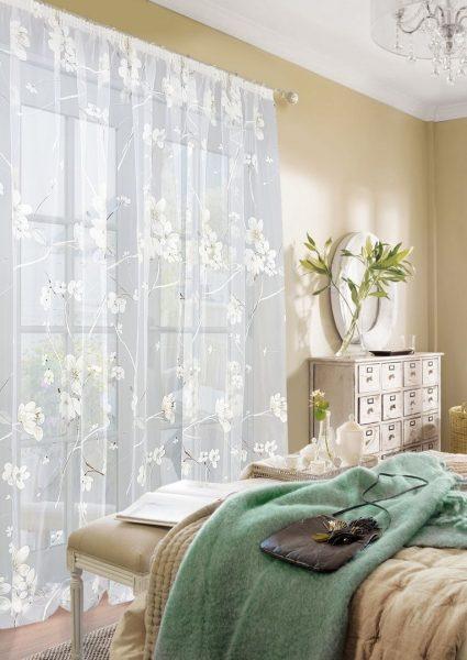 L'effet de plis verticaux harmonieux est obtenu par des lacets cousus faciles à serrer. La consommation de tissu dans ce mode de réalisation est importante car, à l'état assemblé, les rideaux sont considérablement réduits.