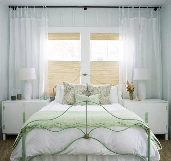 Le montage à l'avant-toit à l'aide de rubans spéciaux ou de laçage est fourni. Idéal pour les textures légères et aérées