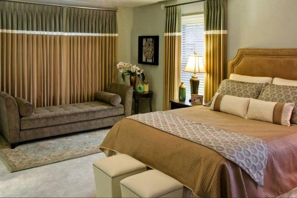 Des rideaux bien choisis vous permettront de vous sentir isolé et confortable dans la chambre à coucher.