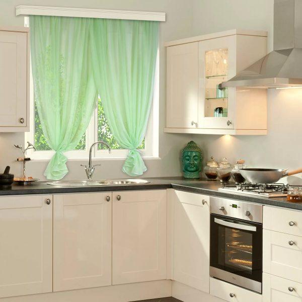 Pour une petite cuisine, des rideaux de couleur claire conviennent.