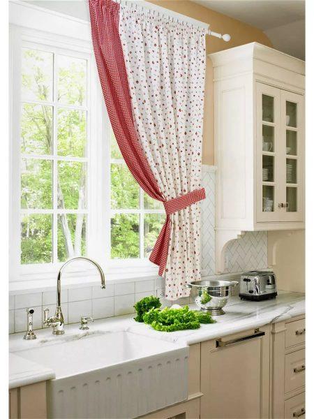 Pour une petite cuisine, il est préférable de choisir des rideaux lumineux en petits caractères.