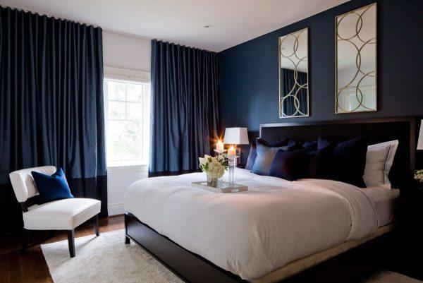 Pour la chambre à coucher, il est préférable de choisir des rideaux d'obscurcissement sombre qui aideront à protéger un rêve sensible du soleil.