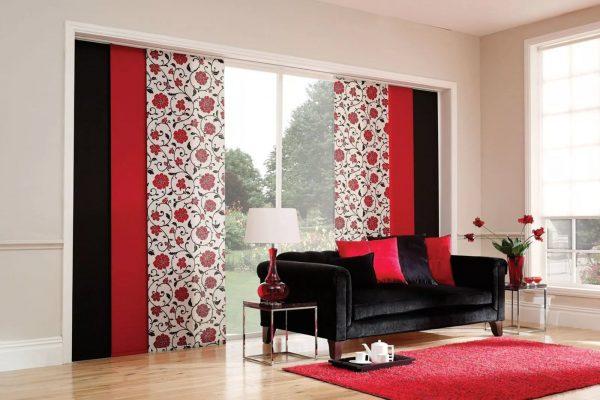 Ils ressemblent à deux rectangles ou carrés de tissu égaux, fixés au plafond ou à la corniche. L'option «plancher» aura fière allure sur les fenêtres panoramiques.