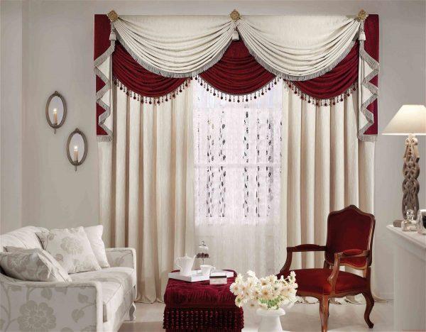 La fenêtre peut être l'élément principal de l'intérieur si vous choisissez un design lumineux. Il est préférable que le tissu ne soit pas uni et qu'il soit combiné à d'autres textiles et accessoires.
