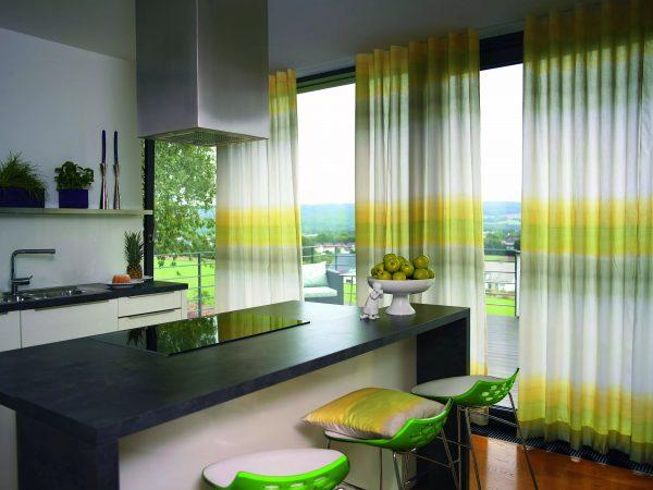 Pour une grande cuisine, vous devez choisir des rideaux lumineux
