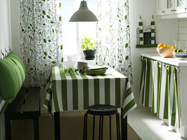 la cuisine aura l'air plus harmonieuse si vous choisissez une nappe et des serviettes pour la couleur.