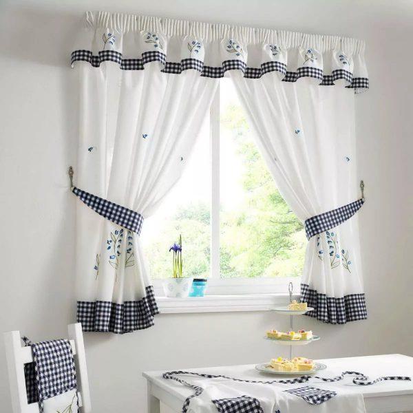 il est également possible de fabriquer des rideaux, des housses de chaise et des nappes à partir d'un matériau.