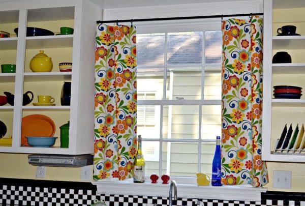 Vous pouvez coudre vos propres rideaux dans la cuisine