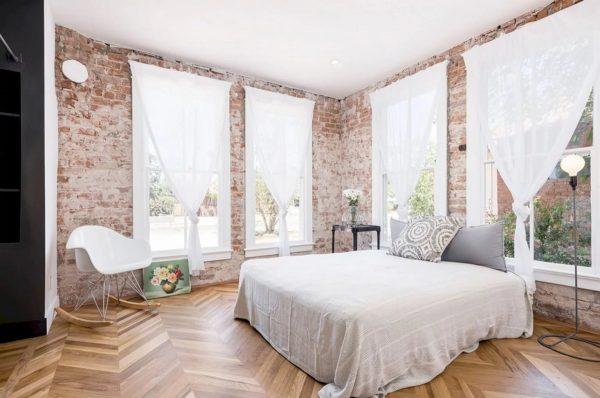 Les rideaux jouent un rôle important dans la conception de la pièce.