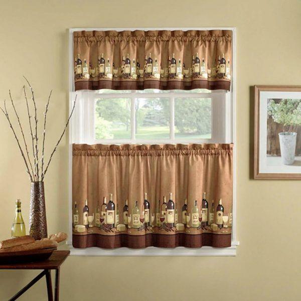 Des rideaux de style café ont récemment été utilisés dans la conception des appartements.