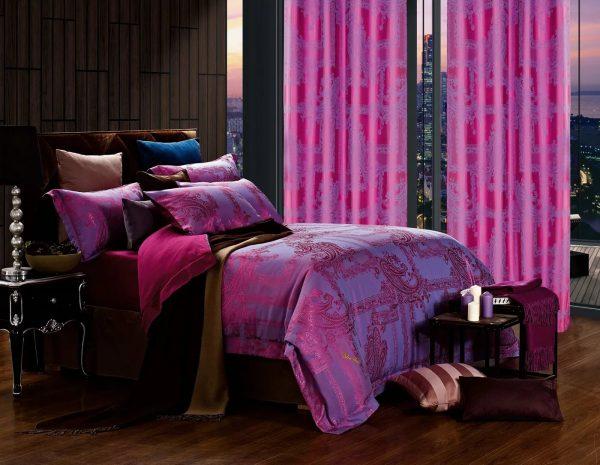 Les rideaux rouge-violet peuvent être utilisés en complément d'éléments de décoration ou en tant qu'unité indépendante attirant l'attention et créant un accent lumineux dans la pièce.