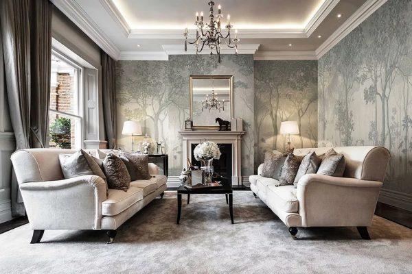Ha elegáns belső teret akar létrehozni, akkor a legjobb megoldás az ezüst elemekkel ellátott texturált tapéta.