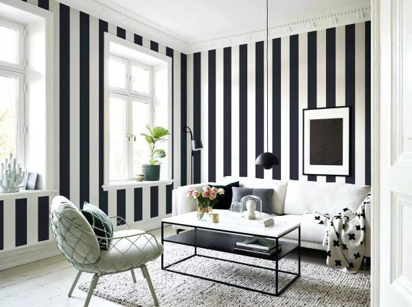 Naudodami tapetus su vertikaliomis juostelėmis, galite vizualiai ištempti kambarį. Horizontalios juostos padarys kambarį platesnį.