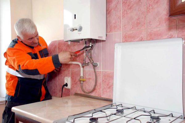 Selon la loi, il est impossible de remplacer et de connecter indépendamment des poêles à gaz dans un appartement, ceci devrait être fait par des spécialistes