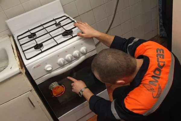 According to these standards, the connection of gas stoves should be handled by a specialist in gas distribution.