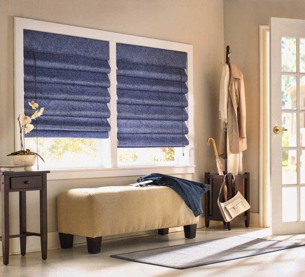 L'une des tendances les plus populaires utilisées par les concepteurs dans la décoration de fenêtres en 2019 est les rideaux romains.