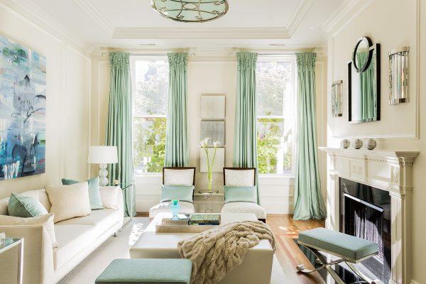 Les nouveautés de la conception des rideaux pour le salon 2019 sur la photo sont représentées par une grande variété de couleurs et de modèles.