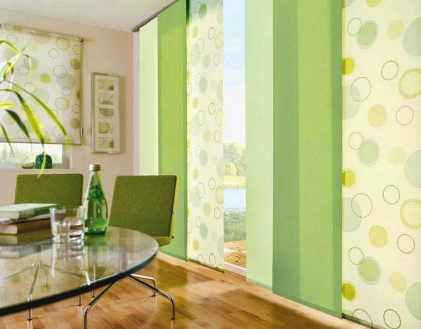 Les nouveautés de la conception des rideaux pour le hall 2019 sur la photo dans des salles remplies d'éléments décoratifs sont présentées par des modèles laconiques de rideaux et de rideaux japonais dans des tons clairs.