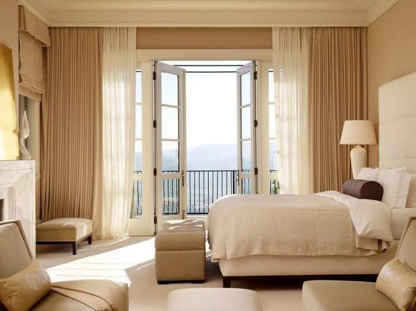 L'utilisation de couleurs douces est recommandée dans la chambre à coucher. Le décor des fenêtres devrait contribuer à la relaxation générale du corps, la chambre étant un lieu de détente.