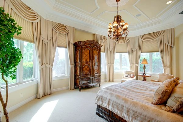 Le style reste l'un des plus populaires dans la conception de toutes les pièces. La préférence devrait être donnée aux nuances chaudes.