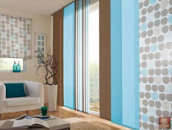 Les rideaux japonais sont une excellente option pour les grandes fenêtres hautes. Le plus souvent, ils sont en coton ou en lin, de lumière, transmettant éventuellement la lumière du soleil et remplaçant le tulle.