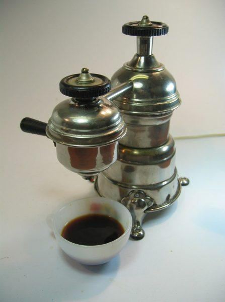 Kafijas automāts, kas ir tuvu mūsdienu izskatu, 1800. gadā izveidoja arhibīskaps de Bellois