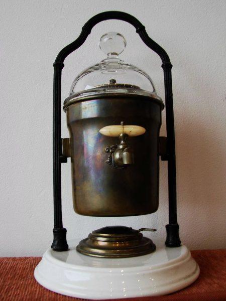 Un 1833. gadā anglis Samuels Pārkers izveidoja geizeru tipa kafijas automātu.