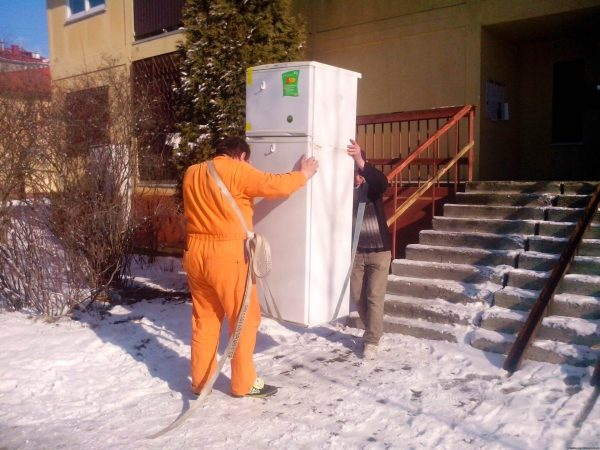 De nombreux magasins, lors de l'achat, organisent la livraison gratuite et transporteront votre réfrigérateur correctement.