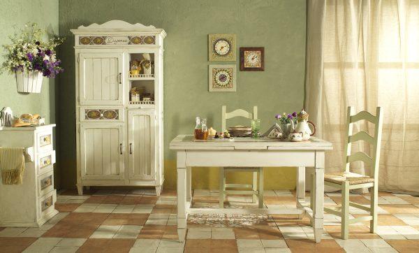 Les chaises peuvent être en bois, des motifs en osier et forgés conviennent également.