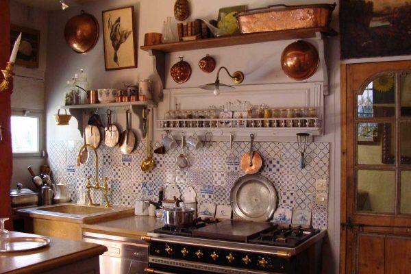 Même des plats fêlés peuvent remplir une fonction décorative à l'intérieur dans le style provençal.