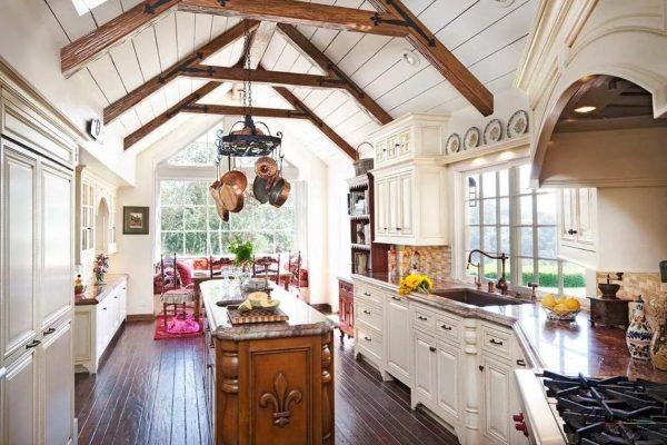 Le point culminant de cet espace de style provençal authentique est un grenier ouvert, de sorte que le toit est visible de l'intérieur de la pièce.