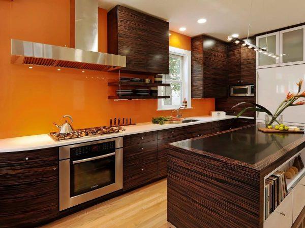 Les meubles sont généralement fabriqués en marron - ici, ils seront placés sur un fond de pêche.