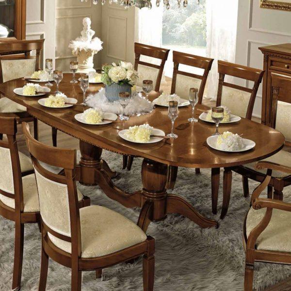 La couleur de la table arrondie peut varier. Si c'est du bois, il vaut mieux se concentrer sur les nuances naturelles.