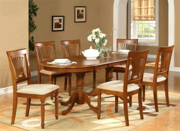 Les tables de cuisine aux bords arrondis ne sont généralement pas larges, contrairement aux modèles ronds