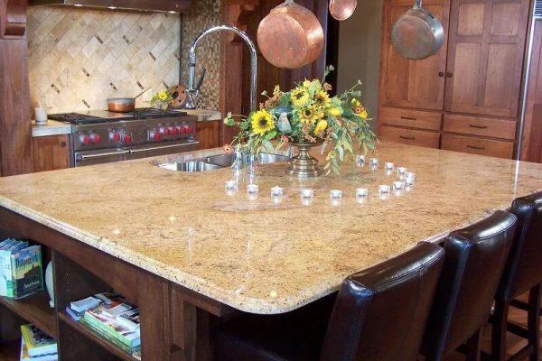 La table ovale en marbre est élégante, mais elle devrait être en harmonie avec le décor de la cuisine.
