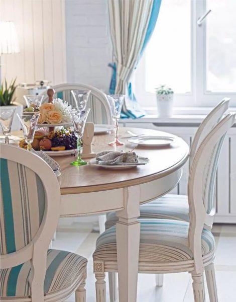 comment choisir la table de cuisine ovale, qui conviendrait à tous égards, les concepteurs métropolitains partagent des secrets.