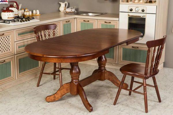 Une autre façon de gagner de la place est d'utiliser une table ovale pliante pour la cuisine.