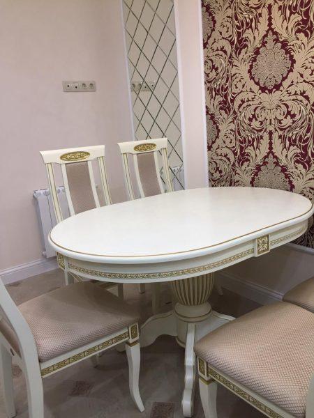 Les tables ovales avec équipement coulissant offrent un ordre de grandeur plus coûteux que d'habitude, mais elles sont préférées en raison de la possibilité d'augmenter le nombre de places assises.