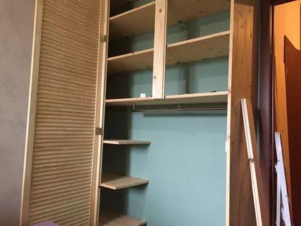 Les armoires sur pied sont fabriquées de la même manière.