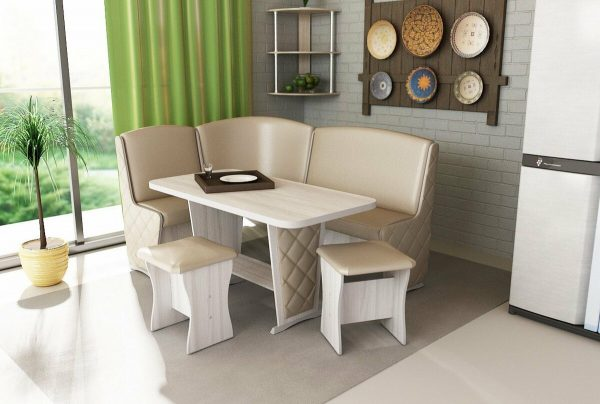 Il peut s'agir de tabourets, de chaises ou même d'un solide canapé d'angle avec une table confortable.