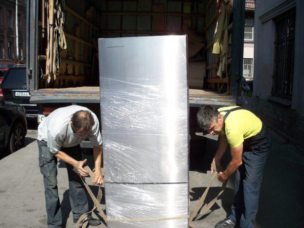 L'essentiel est de fixer la porte avec du ruban adhésif et d'envelopper le réfrigérateur avec des tissus doux, tels que des couvertures et des carpettes, en particulier la paroi arrière du compresseur et les tuyaux de réfrigérant.